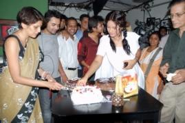suraj-with-neetu-chandra-cutting-cake